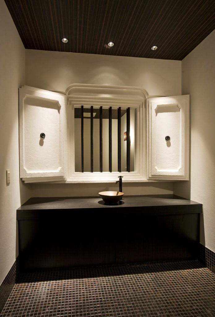 トイレ洗面台(窓格子の奥に鏡を設置)